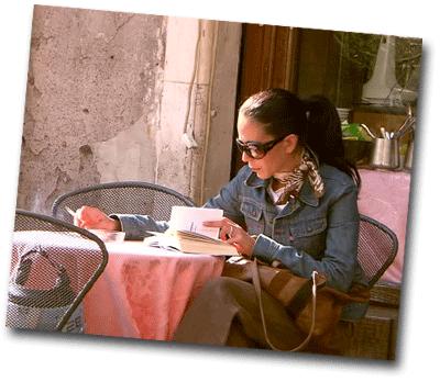 Femme lisant un livre en terrasse quand il fait beau