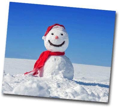 Bonhomme de neige équipé d'une écharpe et d'un bonnet rouge