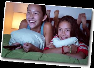 2 adolescents filles qui regardent la télévision dans leur chambre