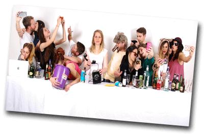Jeunes adultes en soirée déguisée