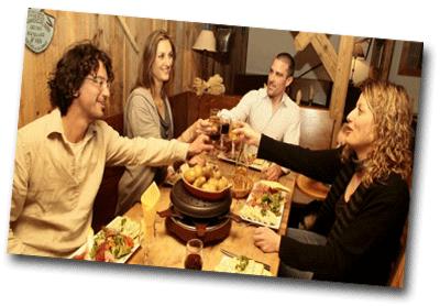 Groupe d'amis autour d'une fondue en automne