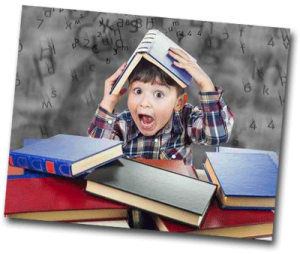 Garçon à l'école avec un livre sur la tête