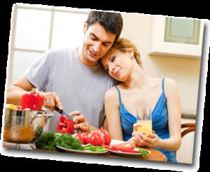 Couple d'amoureux qui cuisinent