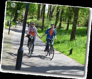 Couple d'amoureux faisant une balade de vélo dans un parc
