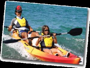 Couple d'amoureux en canoë kayak