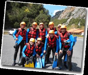 Groupe de jeunes prêts à faire du rafting entre amis