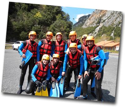 Groupe de jeunes adultes en tenue de rafting