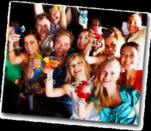 Groupe d'amis en soirée qui s'amusent