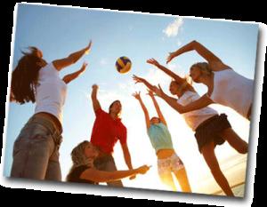 Groupe d'amis jouant au Volley Ball sur la plage en été