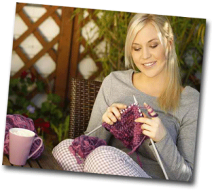 Femme qui tricote dehors dans son jardin