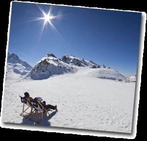 Homme qui bronze à la montagne en hiver