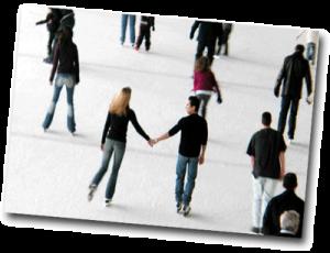 Femme et homme qui se tiennent la main à la patinoire en hiver