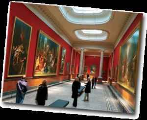 Visiteurs et touristes dans un musée