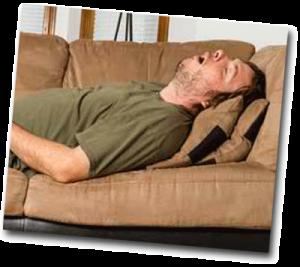 Homme qui fait la sieste dans son canapé à la maison