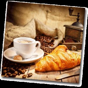 Café, croissant et machine à café pour le matin