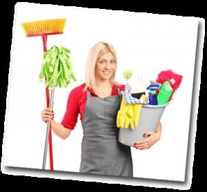 Femme blonde prête à faire le ménage
