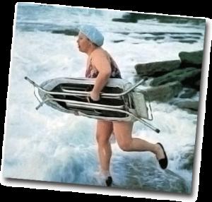 Femme motivée avec une planche à repasser prêt à surfer en bord de mer
