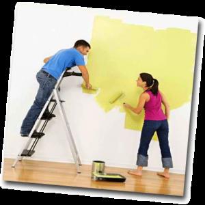 Homme et femmes motivés qui peignent un mur