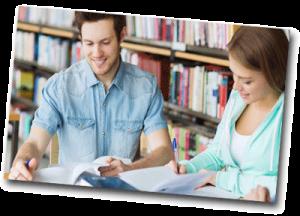 Étudiants qui révisent à la bibliothèque