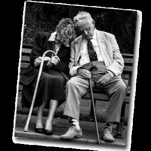 Grand-parents sur un banc qui ne savent pas quoi faire