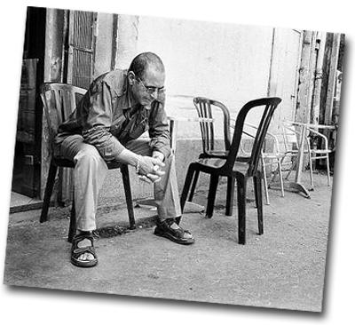 Homme seul assis sur une chaise