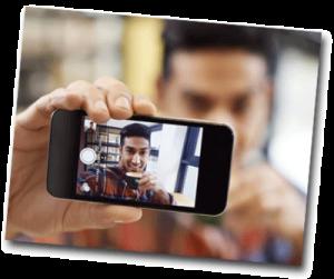 Homme se prenant en selfie avec son iphone