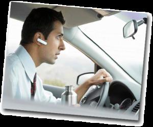 Homme au téléphone au volant d'une voiture